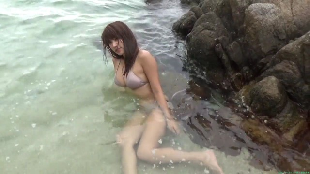 久松郁実 海ビーチでのグラビア撮影