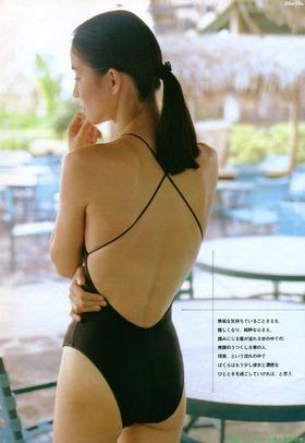 石田ゆり子さんのビキニ