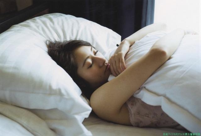 桜井玲香(乃木坂46)のグラビア画像です。寝ている姿がセクシーです。