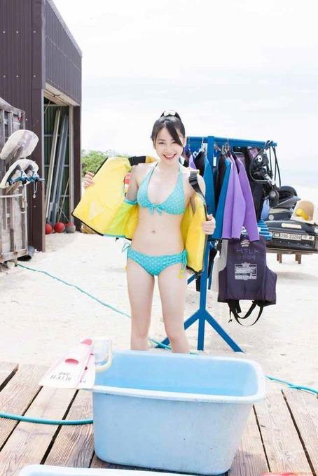 吉川友 ビーチで水色ビキニ「22枚」