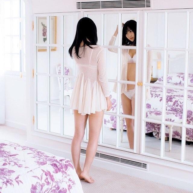 鏡を見る菅井友香