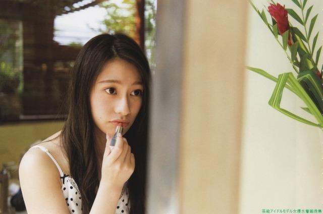 ルージュを塗るセクシーな桜井玲香(乃木坂46)のグラビア画像です。
