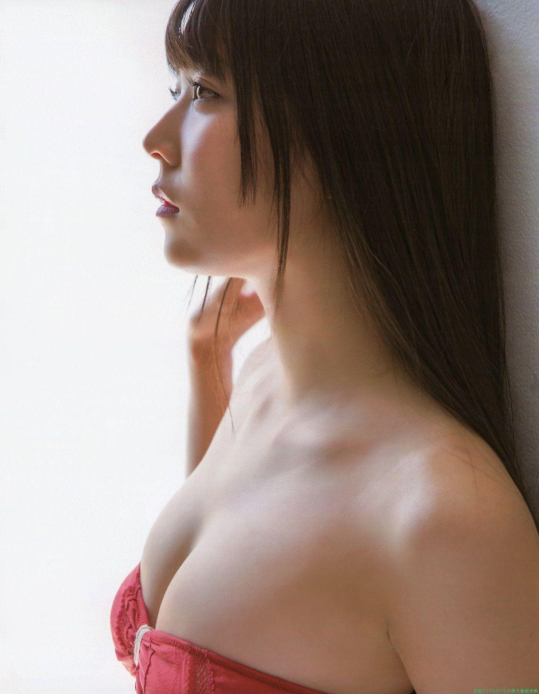 赤いビキニの白間美瑠