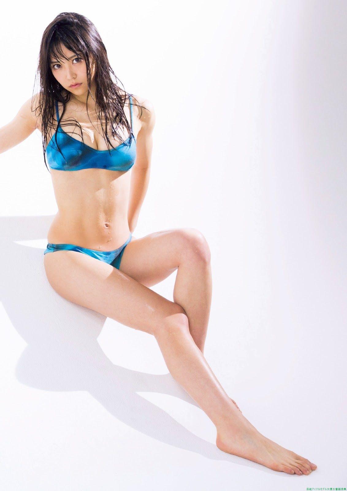 青いビキニの白間美瑠