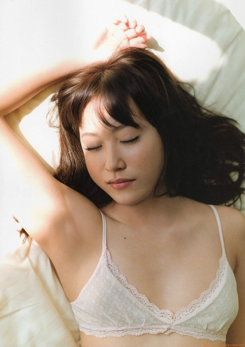 寝顔がセクシーです。衛藤美彩のグラビア画像です。