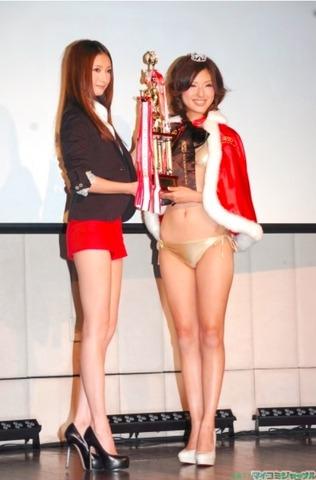 丸山えり ゴールドビキニ レースクイーン・オブ・ザ・イヤー10-11の授賞式
