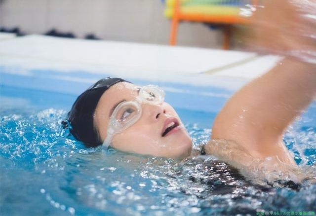 HKT48朝長美桜競泳水着画像