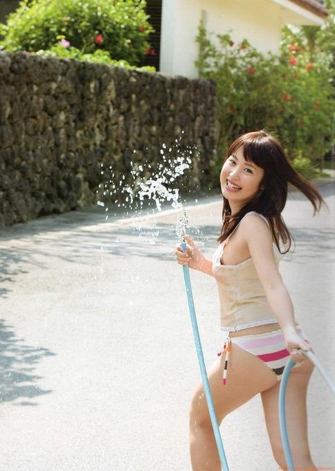 笑顔がセクシーです。衛藤美彩のカッコイイグラビア画像です。