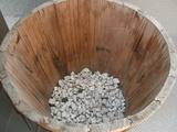 鉢底土を敷き詰めました