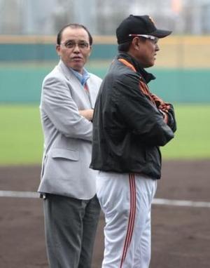 岡田彰布前オリックス監督(左)と話す巨人・原監督