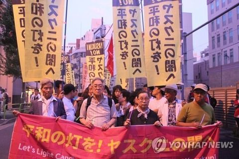 【韓国の反応】韓日の市民団体、靖国神社の近くで合同ろうそく行進「靖国反対」「改憲反対」「安倍はやめろ」