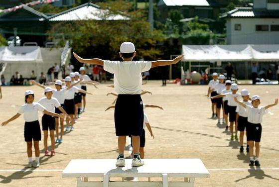 海外「日本では全国で毎日同じ時間に同じ体操をしているらしい」日本のラジオ体操に対する海外の反応