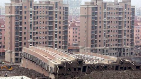 「なんでこうなる・・・」解体作業員、崩落する給水塔の下敷きに【中国】