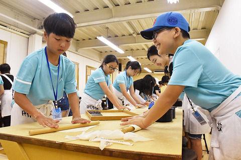 【香川】<うどん作り>韓国の児童20人、文化体験に笑顔 韓国青少年連盟の薦めで初めて四国に