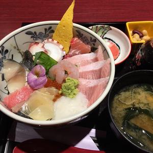 遅めのお昼は海鮮丼っ!