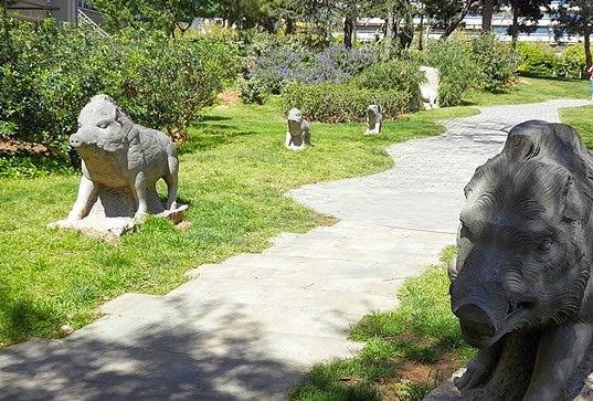 0103_cronicas_Thot_barcelona_jardin-animales-mutilados03