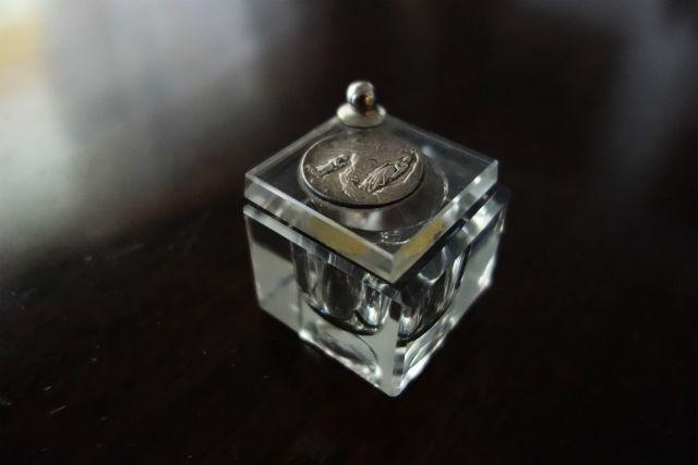 ルルド聖母レリーフ付きクリスタルインク壺 (2)
