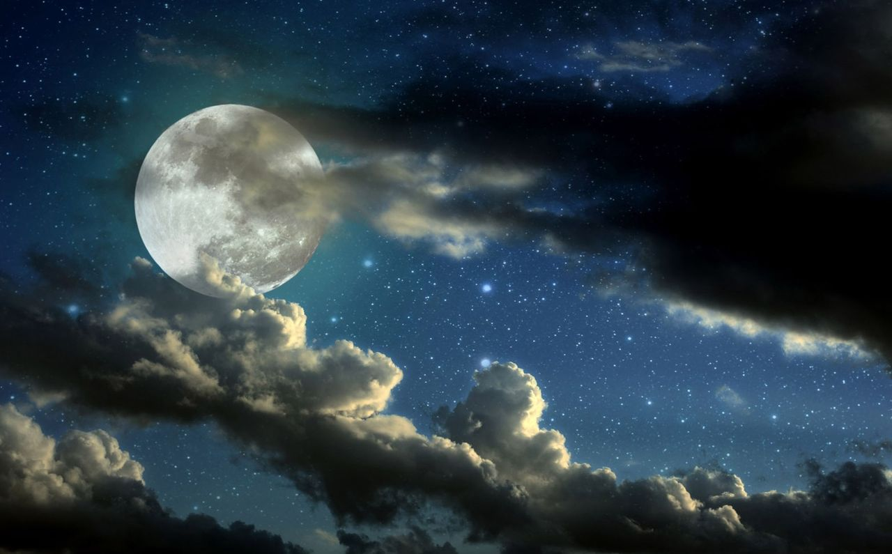 流れる雲から顔を出す月