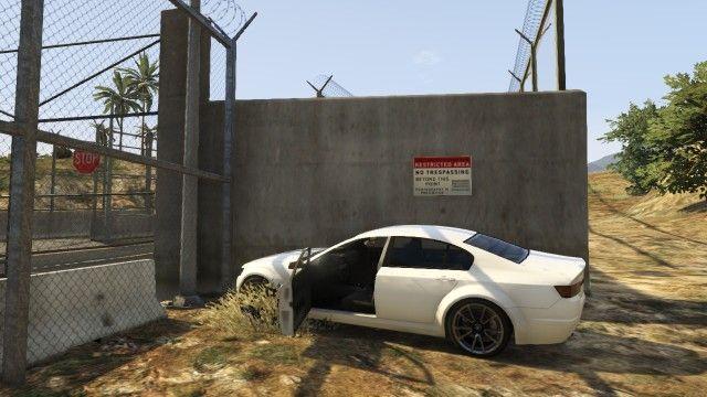 低い壁の横に車をつけて車の ...