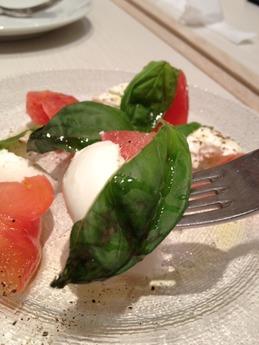 シュハリ  トマトと水牛モッツァレラのカプレーゼ 680円