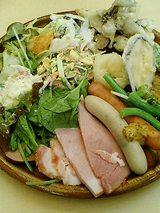 サラダ各種に野菜の天ぷら、名物のハム・ソーセージ