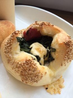くるりのパン ほうれん草とベーコンチーズのパン1