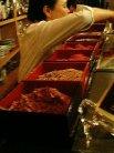 カウンターにはオニギリの具が並びます。