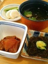 椀物・小鉢(もずく酢・マグロ)・漬物