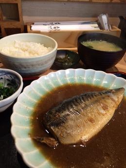 角打 丸の内 鯖味噌煮込み (1)