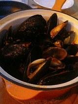 鍋いっぱいのアツアツムール貝
