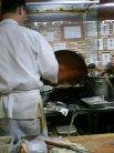 男前の大将の後姿。天ぷらを揚げる姿が美しい!