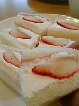 マナレイア野口店 苺のフルーツサンド(280円)