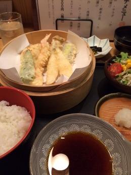 岩八 天ぷらとサラダ定食 1000円 (1)