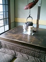 掘りごたつ式のテーブル席。いいね〜