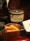大きな人参の向こうにはええ感じの炊飯器