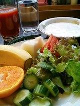 サラダとフルーツとヨーグルト