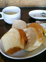 食べ放題のパンとスープ