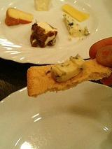 ブルーチーズをクラッカーにのせて!