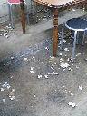 アサリ汁の貝殻が下に捨てるのが正しい。