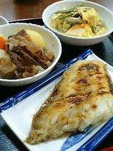 カレイ(450円)肉じゃが(320円)高野豆腐(320円)