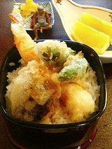 海老と野菜のミニ天丼、香の物、フルーツ