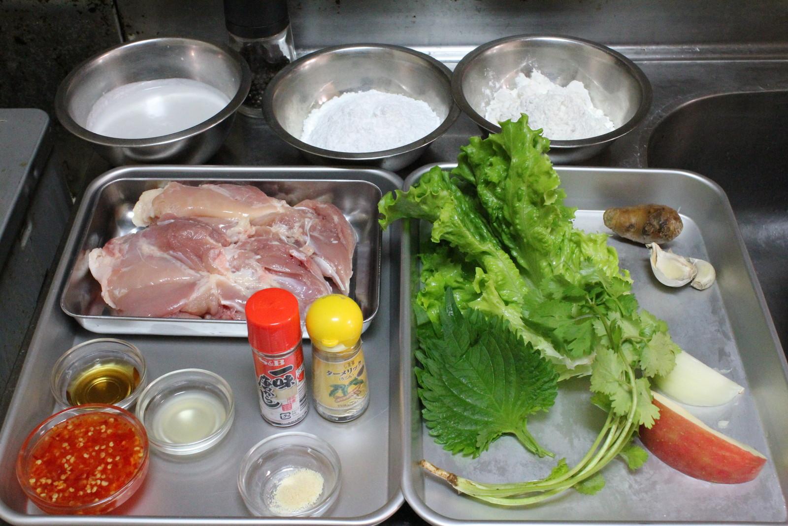 〈作り方〉 ①鶏肉、リンゴ(皮付きのまま)、玉ねぎをそれぞれ一口大に切る。