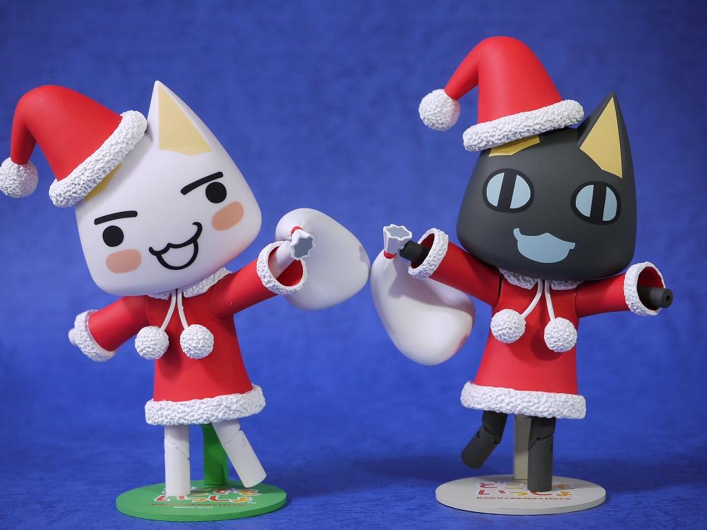 サンタクロースの恰好をしているトロとクロです。