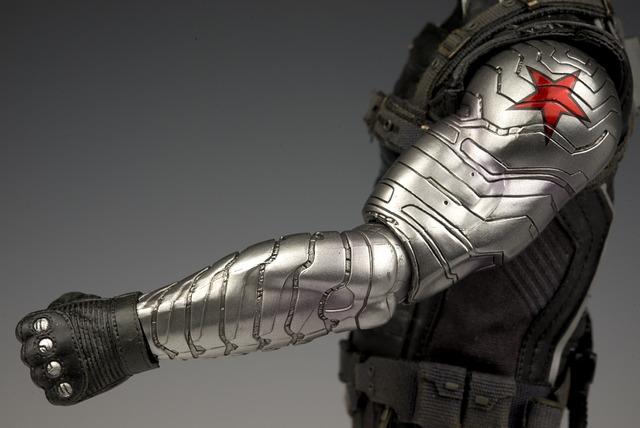 左腕のメタルアームはメタリック塗装。劇中では鏡面のようだったのでここは多少見劣りする部分。