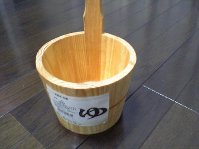 最近は100円ショップも色々な店舗があるのを再確認できました。そんな中なんと5件目の「キャン・ドゥ」で木製片手桶を見つけました。