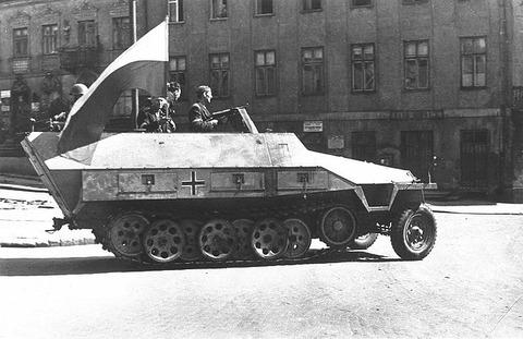 640px-Warsaw_Uprising_-_Captured_SdKfz_251_(1944)