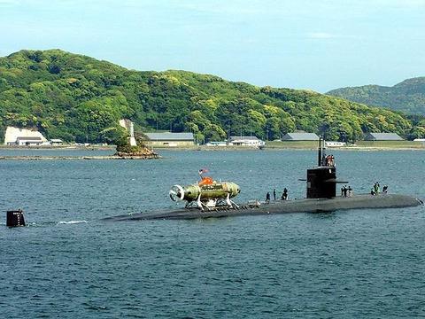 Mystic_(DSRV-1)aboard_USS_La_Jolla_(SSN-701)