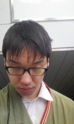 そろそろ暖かくなってきたので散髪に行こうと人生初の千円カットに行き、長めに切って下さいとお願いしたところ、この髪型に・・、めちゃくちゃ短髪な上にくそダサい。