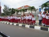 インドネシアで子供達が制服で出迎え