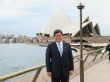 シドニーのオペラハウス前で